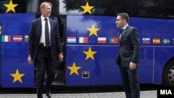 Архивска фотографија: Евроамбасадорот Аиво Орав и вицепремиерот за евроинтеграции Фатмир Бесими.