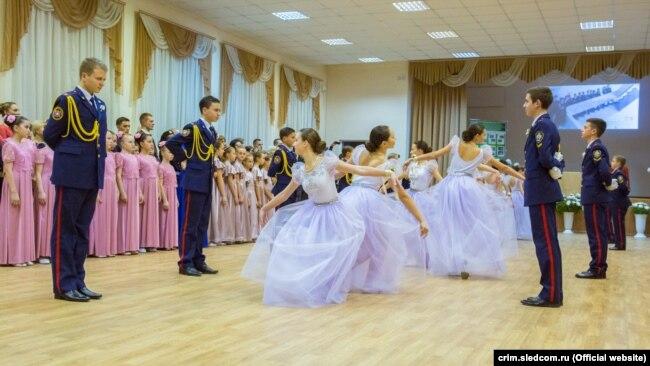 Учащиеся кадетского класса Следственного комитета России на балу, 10 декабря 2017 года