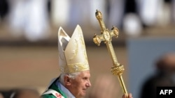 Pope Benedict serves Sunday Mass in Brno on September 27, where more than 100,000 worshipers turned up.