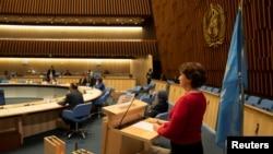 رئیس و شماری از مقامهای سازمان جهانی بهداشت در مقر این سازمان در ژنو جلسه اینترنتی روز دوشنبه را مدیریت میکردند؛ میشل بوکوز، از مسئولان این سازمان، در حال ارائه توضیحات اولیه
