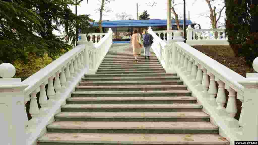 Сходи не оснащені пандусами для зручного спуску людей з інвалідністю та батьків з дитячими візочками
