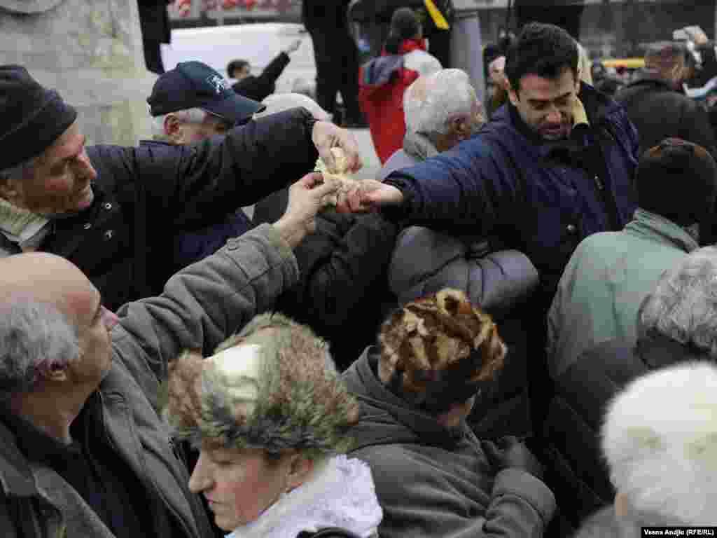 Lomljenje česnice u Beogradu, fotografije Vesna Anđić