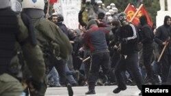 Столкновения полиции с демонстрантами. Афины, 10 февраля 2012 года.