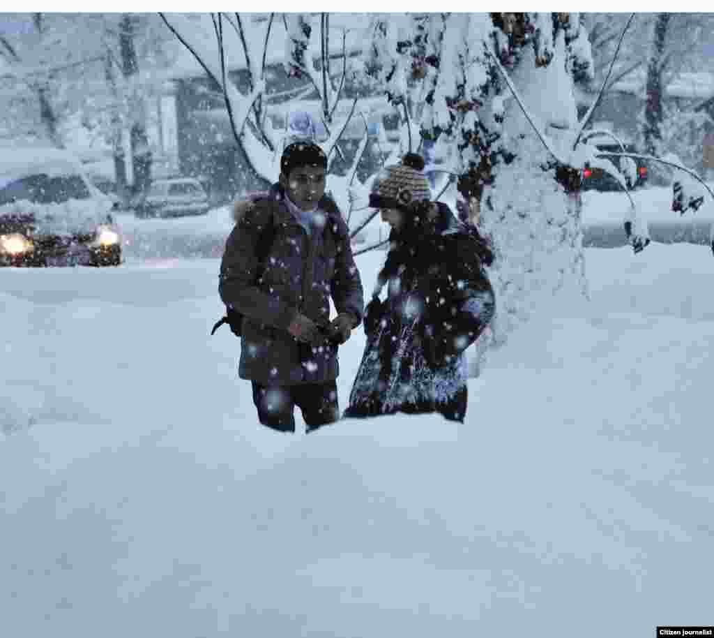 Девушка и парень в первый день зимы. Прислал Шынгыс Маман