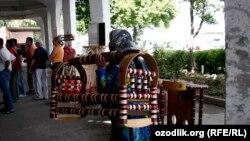 Өзбекстан базарында бесік көтеріп жүрген әйел. Көрнекі сурет.