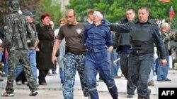 Сепаратисти ведуть чоловіка з зав'язаними очима, Донецьк, 5 травня 2014 року
