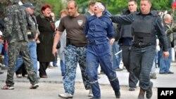 Пророссийские ополченцы ведут пленного в Донецке