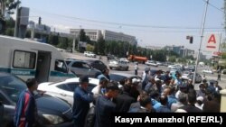 Наразылық шеруіне жиналған адамдарды Республика алаңына барар жолда полиция ұстап алды. Алматы. 21 мамыр, 2016 жыл.