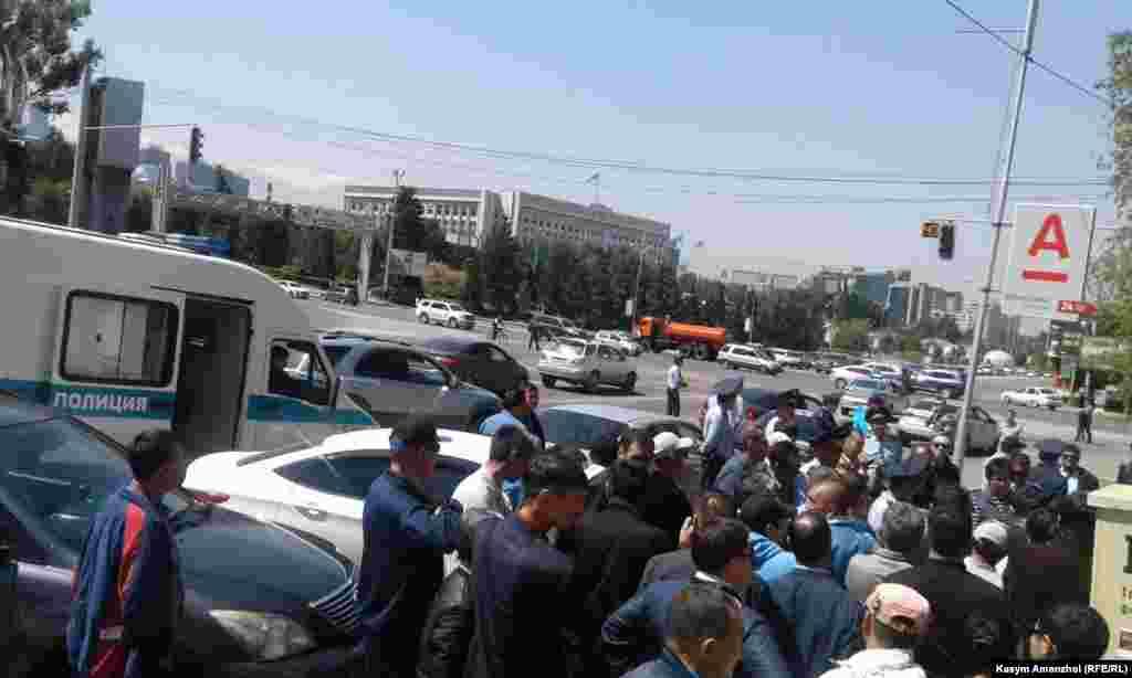Полиция Республика алаңына адамдарды өткізбей тұр. 21 мамыр 2016 жыл.