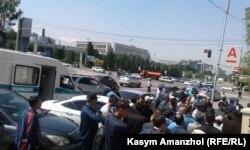 Поліція не пропускає людей на площу. Алмати, 21 травня 2016 року