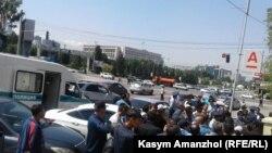 Полиция не пропускает людей на площадь Республики. Алматы, 21 мая 2016 года.