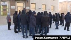 """Астанада """"Нұр Отан"""" партиясы филиалының алдында наразылық танытып тұрған жұмысшылары. 5 ақпан 2018 жыл (Көрнекі сурет)."""