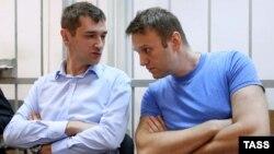 Олег Навальный (слева) и Алексей Навальный в Замоскворецком суде Москвы