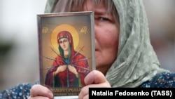 Участница общегородского крестного хода христиан