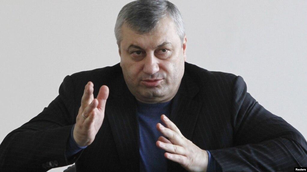 Кокойты считает, что югоосетинские власти не должны были действовать в такой грубой форме в отношении человека, имеющего немалые заслуги перед Южной Осетией