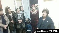 Заместитель главы Андижанской области по вопросам женщин Манзура Юнусова учит женщин, получивших «президентские квартиры», как правильно себя вести при встрече с главой государства.