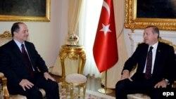 رئيس وزراء تركيا رجب طيب أردوغان (يمين) ورئيس إقليك كردستان العراق مسعود بارزاني في أنقرة