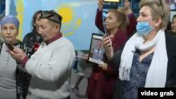 Люди, встречающие в аэропорту Алматы поэта и диссидента Арона Атабека, освобожденного из тюрьмы после 15 лет заключения, 1 октября 2021 года