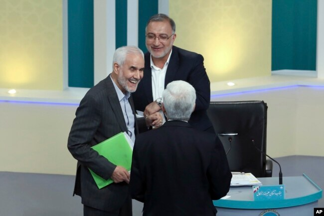 محسن مهرعلیزاده (چپ)، علیرضا زاکانی (بالا) و سعید جلیلی (پشت به دوربین) در پایان یکی از مناظرههای تلویزیونی