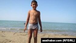 Hazar deňzinde suwa düşýän türkmen oglany.