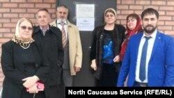 Хеда Саратова с делегацией общественников у ИВС в городе Аргун, 6 апреля 2017 года