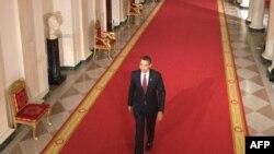 باراک اوباما در راه اتاق شرقی کاخ سفید برای اولین نشست خبری رسمی خود در مقام رئیس جمهور