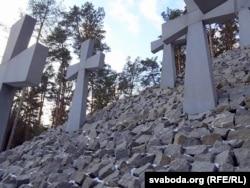 Курган із хрестами – центральний елемент меморіалу. По обидва боки – плити, на яких увічнені прізвища розстріляних