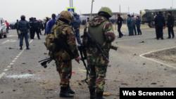 Сотрудники сил безопасности на месте взрыва в Дагестане. 30 марта 2015 года.
