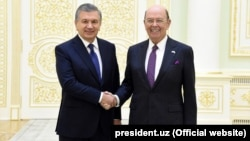 U.S. Secretary of Commerce Wilbur Ross (right) meets with Uzbek President Shavkat Mirziyoev in Tashkent on October 23.