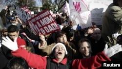 Сторонники традиционных браков проводят демонстрацию у здания Верховного суда США