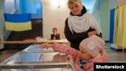 На избирательном участке в Киеве во время выборов мэра города. 15 ноября 2015 года.