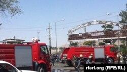 Пожарные бригады на месте взрыва у международного аэропорта имени Хамида Карзая, Кабул, 10 августа 2015 года.