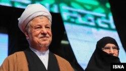 در هنگام سخنرانی جنجالی اکبر هاشمی رفسنجانی، زهرا مصطفوی، دختر روحالله خمینی نیز در کنار او حضور داشت.