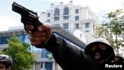 Сепаратист стреляет у сторонников единства Украины, Одесса, 2 мая 2014