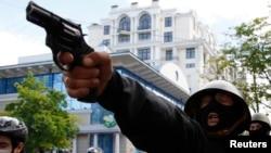 Проросійський активіст цілиться з пістолета у бік проукраїнських мітингувальників, Одеса, 2 травня 2014 року