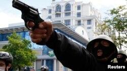 Вооруженный человек в маске направляет пистолет в сторону прокиевских демонстрантов в Одессе. 2 мая 2014 года.