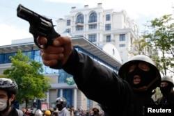 Проросійський активіст зі зброєю під час сутичок в Одесі. 2 травня 2014 року