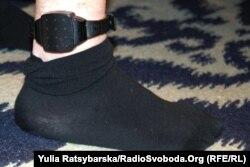Електронний браслет на нозі Корбана