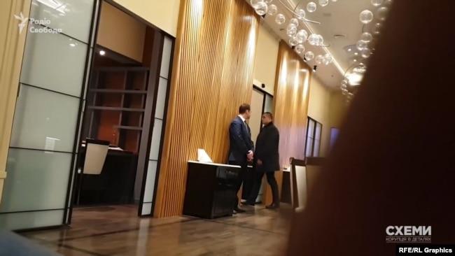За годину охоронець Богдана заходить в сусідню кімнату, розмовляє з менеджером, зникає з поля зору й швидко виходить