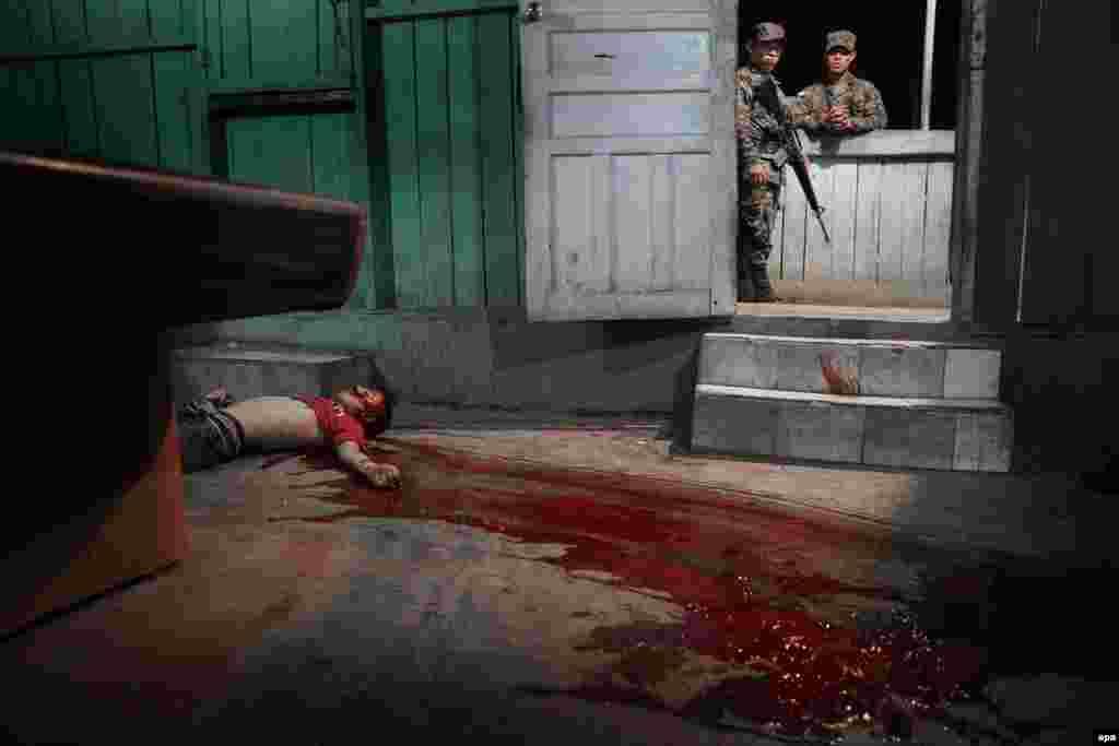 """Шведский фотограф Никлас Хаммарстрем занял третье место в категории """"Фотография с места события"""". Жертва мафиозных войн в Сан-Педро-Сула, Гондурас, 4 марта 2015 года."""