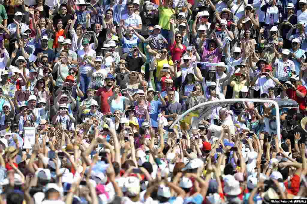Hodočasnici pozdravljaju papu Franju.