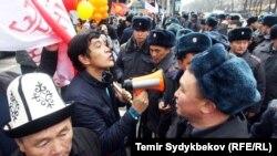18-мартта саясий укуктарды жана сөз эркиндигин коргогон тынчтык жүрүшүндө тартылган сүрөт.
