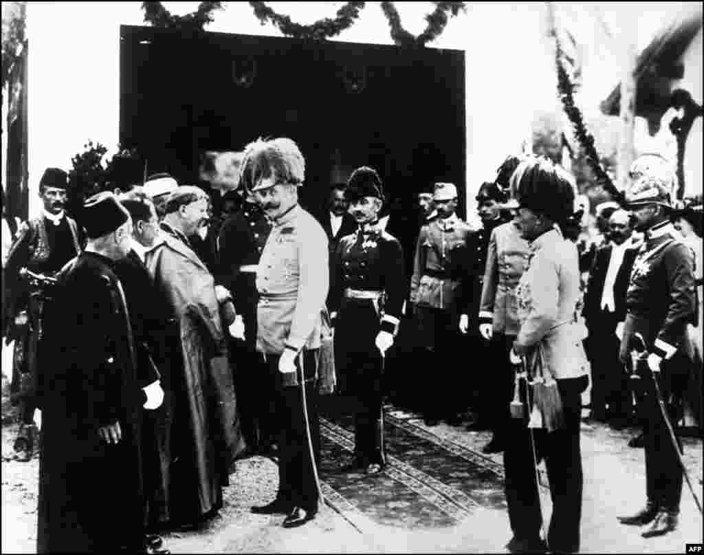 Archduke Franz Ferdinand greeted officials in Sarajevo shortly before he and his wife were shot dead in their car.