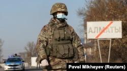 Алматыдағы блокбекеттердің бірінде тұрған сарбаз. 19 наурыз 2020 жыл.