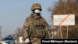 Военный на КПП на границе Алматы и области, 30 марта 2020 года.