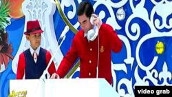 Туркменский лидер Гурбангулы Бердымухамедов известен своим многогранным талантом, в том числе и музыкальными способностями