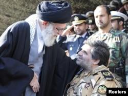 Аятолла Хаменеи, Иранның рухани жеткшісі (сол жақта), әскери басшылардың бірімен сөйлесіп тұр. Тегеран, 10 қараша 2011 жыл