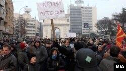 Протести пред и околу Собранието на Република Македонија каде се наоѓаат неколку илјади луѓе, поддржувачи на власта и на опозицијата, дојдени за да извршат притисок за државниот буџет за 2013-та.