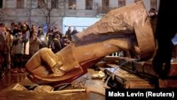 Повалення пам'ятника Леніна в Києві під час Революції гідності, 8 грудня 2013 року