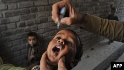 Vaksinimi i fëmijëve nga poliomeliti.